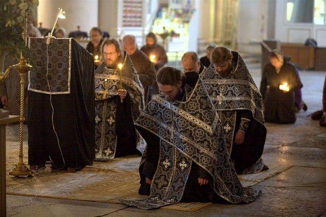 делают ли земные поклоны при литургии