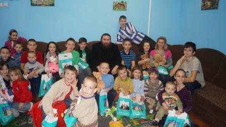Киево-Печерская лавра поздравила с днем св. Николая детей-сирот и детей, больных раком