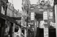 Античные фигуры над руинами Малого пассажа на Крещатике. 1943 год