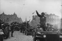 Автоколонна на параде в Киеве 1 мая 1945 года