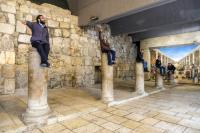 Иерусалим не всегда серьезный, на реконструированной древнеримской улице Кардо местная молодежь устроила такую вот «инсталляцию», просто ради шутки