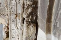 Изображение святого под карнизом портала, благословляющего вход в храм