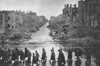 Киев освобожден. Советские войска проходят по ул. Крещатик, ноябрь 1943