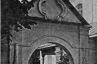 Лавра. Ворота близ церкви у Экономических ворот. 1919