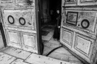 Могучие деревянные двери Храма Гроба Господня