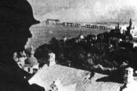 Немецкий часовой на лаврской колокольне, на Днепре горит Наводницкий мост, 20 сентября 1941 года. Фотография из журнала Volkischer Beobachter