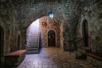 Один из многочисленных монастырских двориков в Иерусалиме – из живого иерусалимского камня