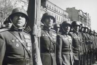 Офицеры-гвардейцы на параде 1 мая 1945 года. Киев