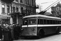 Площадь Льва Толстого, после освобождения Киева возобновилось движение троллейбусов. 1944 год, автор Давидзон Я.Б.