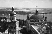 Руины Успенского собора Киево-Печерской лавра, видно сорванную взрывом крышу, точнее её отсутствие, на Трапезной церковью