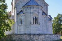 Самая романская церковь Сербии - Успенская в Студеницах - вид с востока, апсида с резным окном
