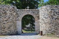 Вход в монастырь, ворота реконструированы
