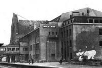 Здание железнодорожного вокзала вскоре после освобождения города, табличка еще на немецком языке. 1943 год, коллекция Козлова К.П.
