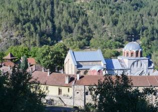 Вид монастыря Студеница со склона горы